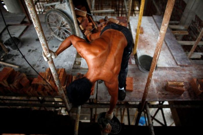 Китайский строитель находит время, чтобы потренироваться на рабочем месте