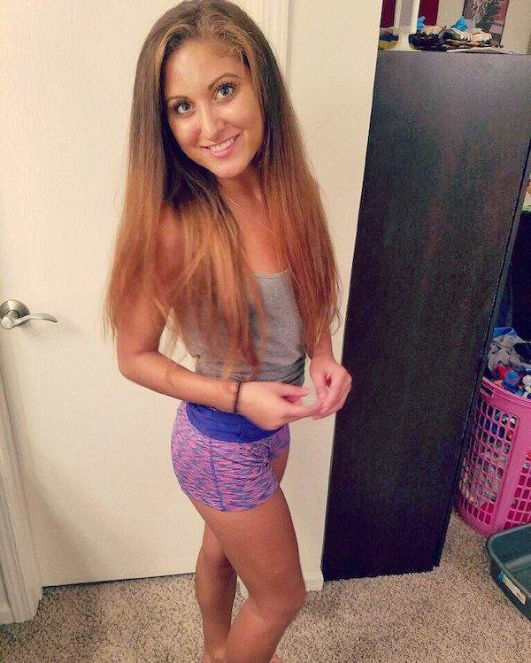 Красивые девушки в спортивных шортиках