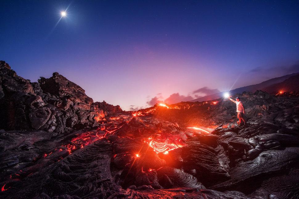 Лава, метеорит, Млечный Путь и Луна на одном снимке