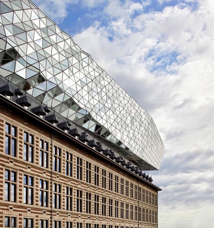 Старое и новое здание в Антверпене