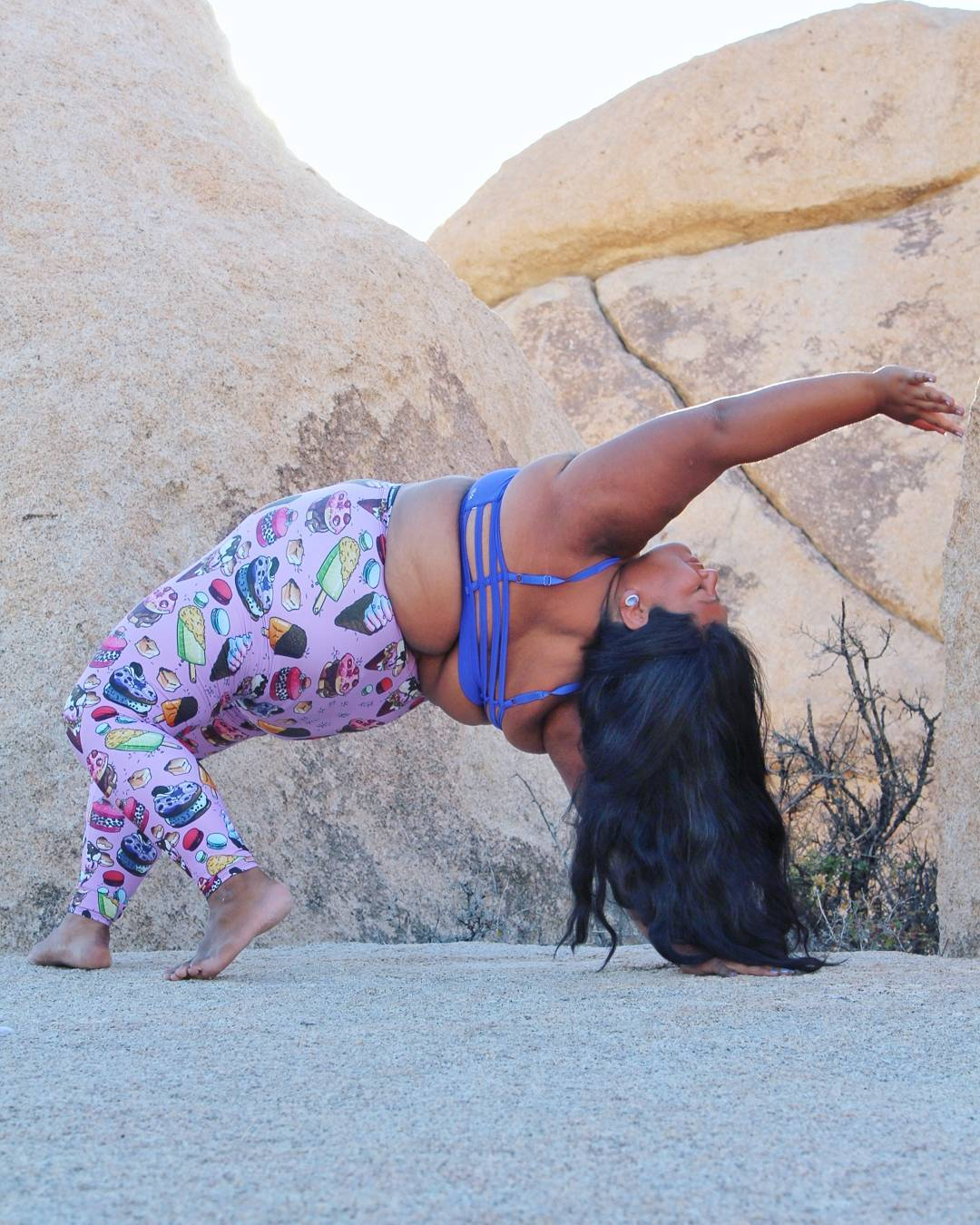 Полненькая вдохновляющая йогиня