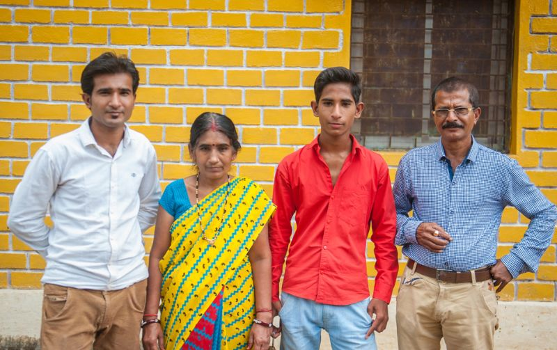 Удивительный парень из Индии может таскать автомобили лопатками