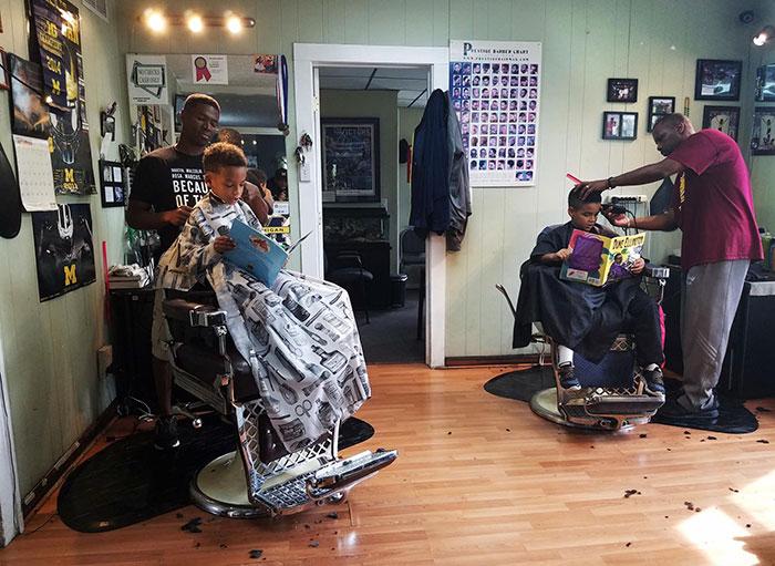 В этой парикмахерской детей стригут бесплатно, если во время стрижки они читают книги вслух