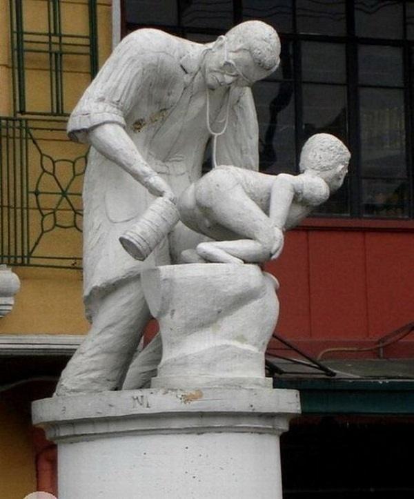 20 странных и нелепых статуй
