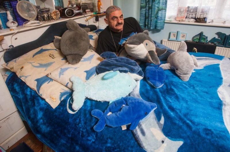 58-летний бывший военный собирает дельфинчиков