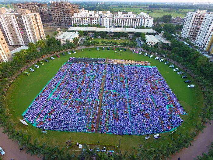 Индийский бизнесмен подарил сотрудникам 1260 машин и 400 квартир