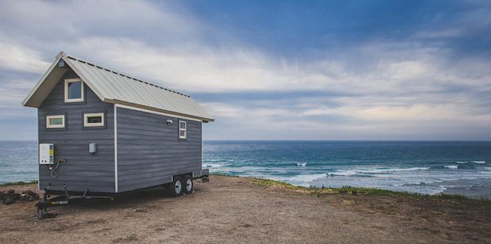 Небольшой домик, в котором есть все необходимое для жизни