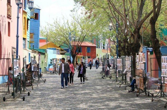 Разноцветная улица Эль Каминито в Буэнос-Айресе