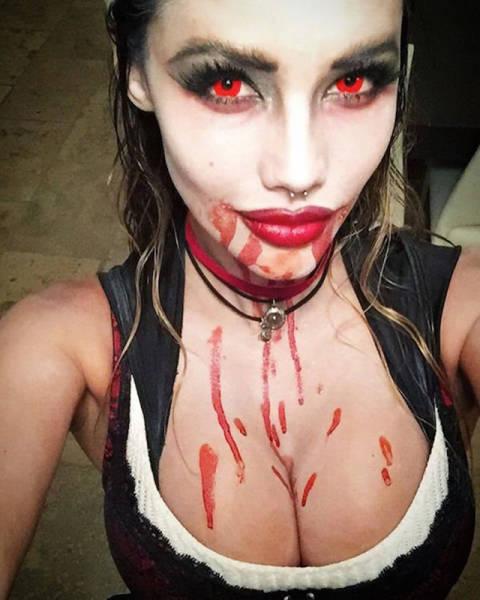 Красивые девушки празднуют Хэллоуин