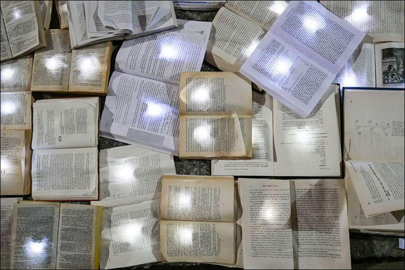 Река из 10 000 светящихся книг в Торонто