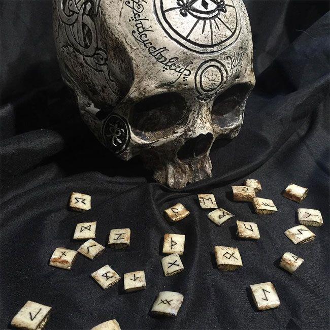 Художник превращает черепа и кости людей в предметы искусства