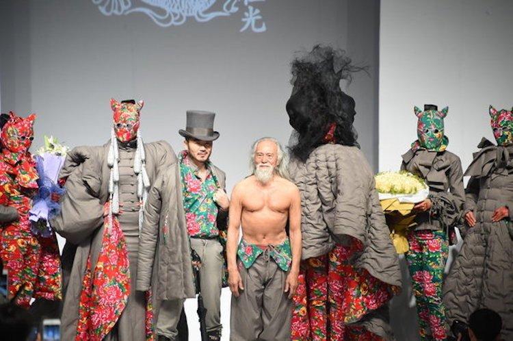 80-летний китаец Ван Дэшунь покоряет модные подиумы страны