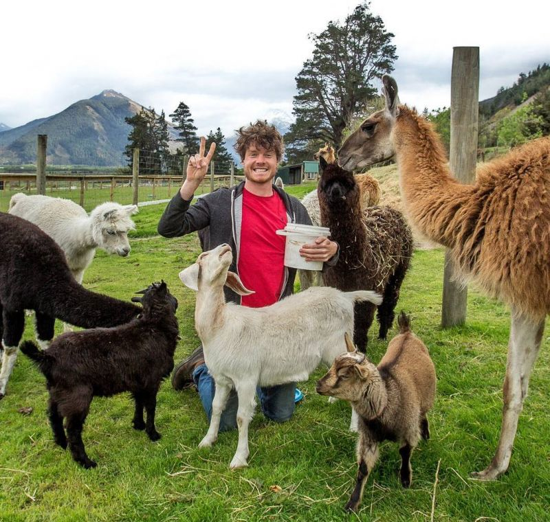 Заклинатель зверей ездит по миру и делает милые селфи с животными