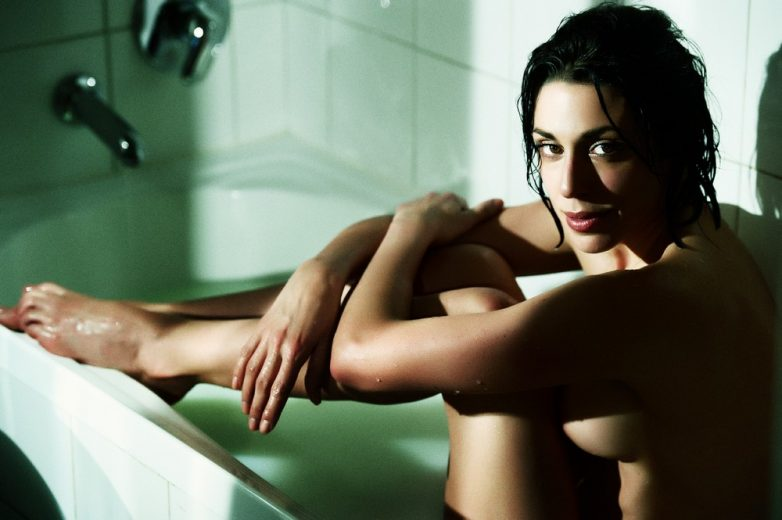 Красивые снимки девушек в ванных комнатах
