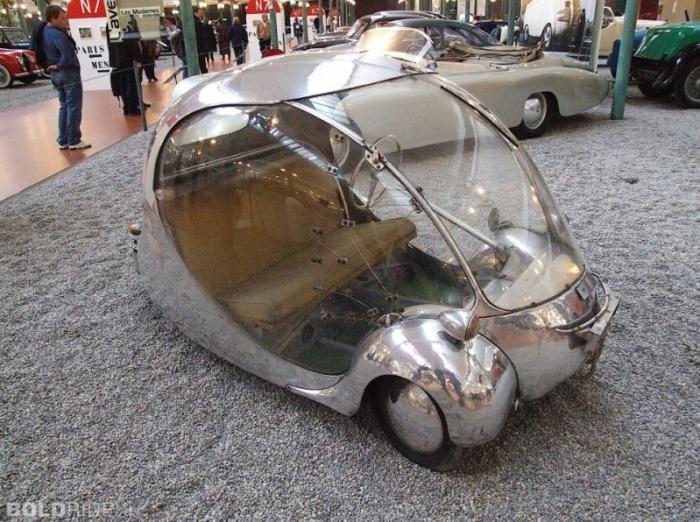 Футуристический миниавтомобиль в форме яйца