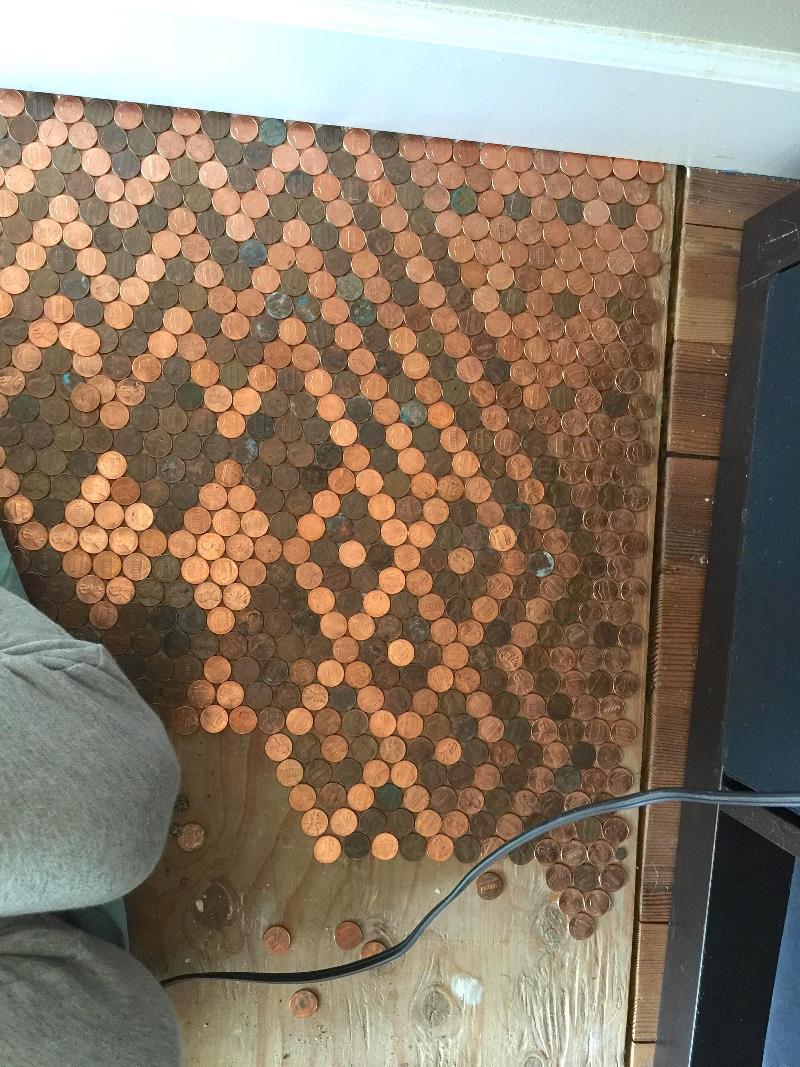 Потрясающий пол из 15 тысяч монет