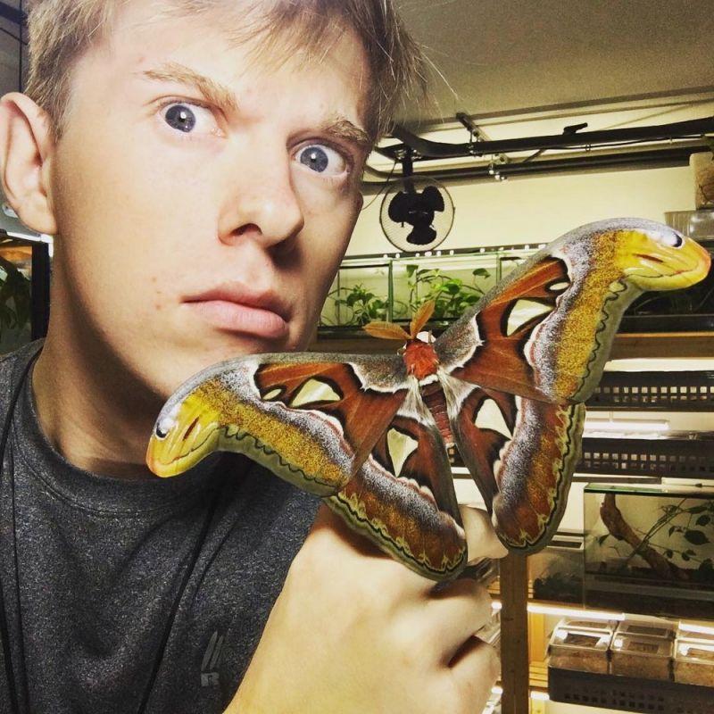 Этот парень очень любит экзотических насекомых