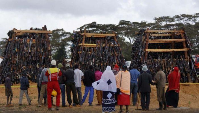 В Кении сожгли изъятое у населения нелегальное оружие