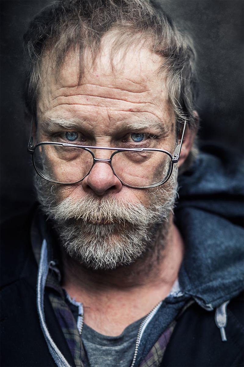 Фотограф снимает портреты бездомных людей