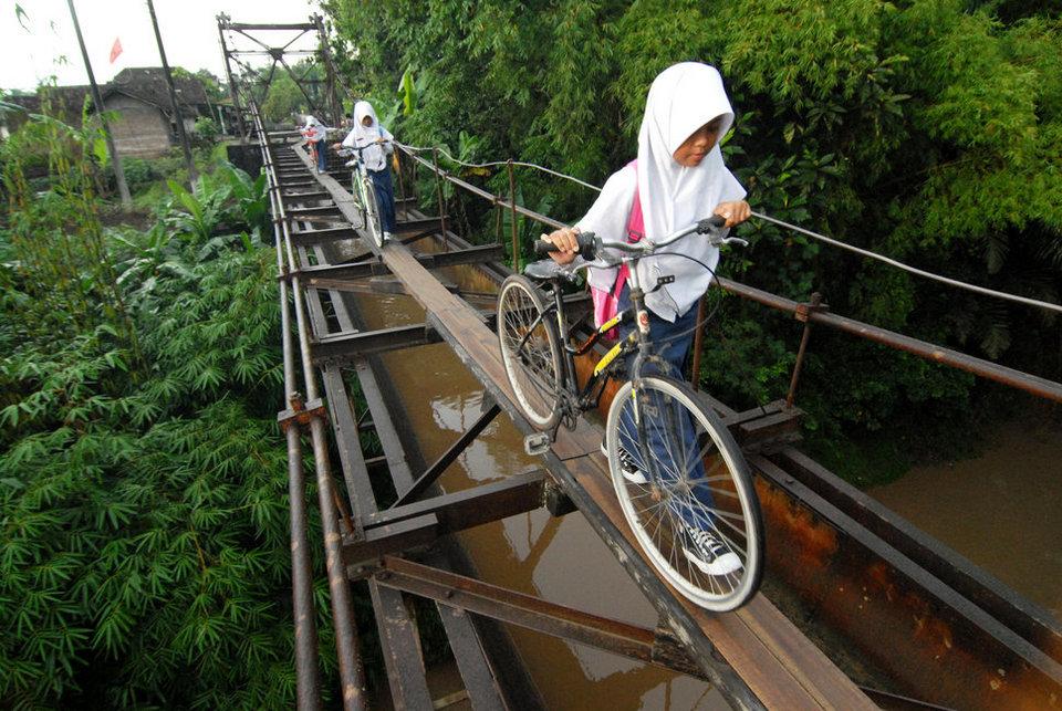 Самые рискованные пешеходные пути в мире