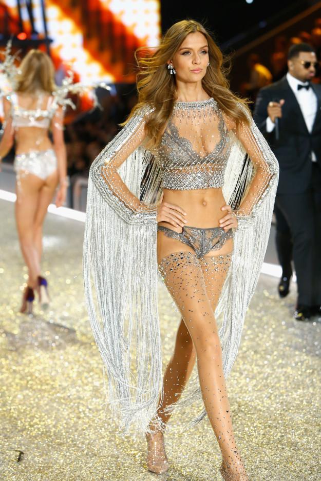 Яркие образы Victoria's Secret 2016 в Париже