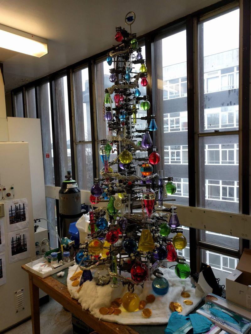 Как сотрудники химических лабораторий наряжают новогоднюю елку