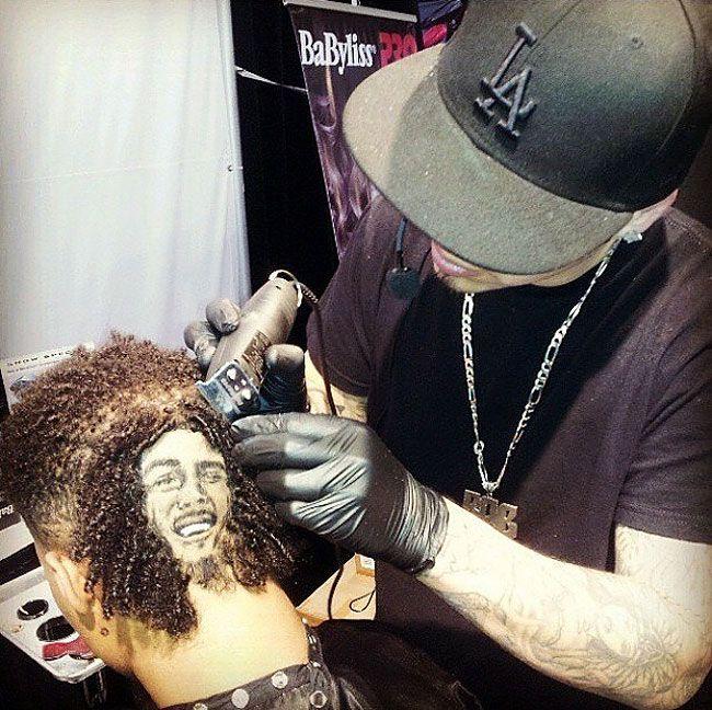 Художник-парикмахер творит на волосах клиентов
