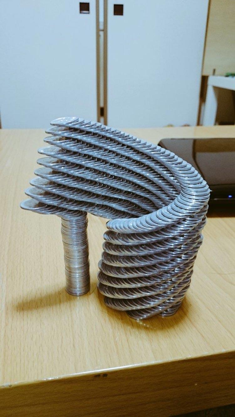 Японец выстраивает просто невероятные конструкции из монет