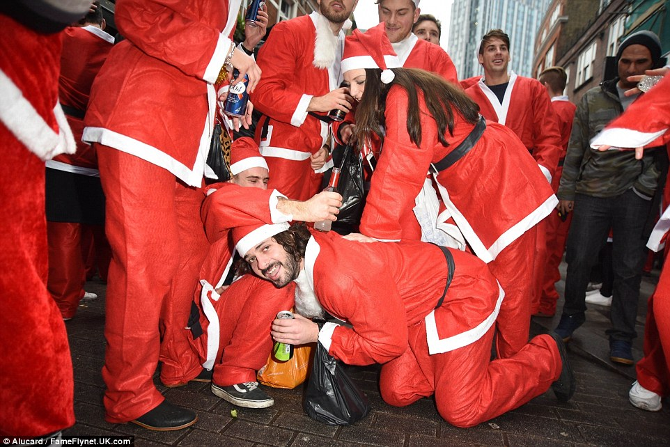 Пьяный Santacon в Лондоне