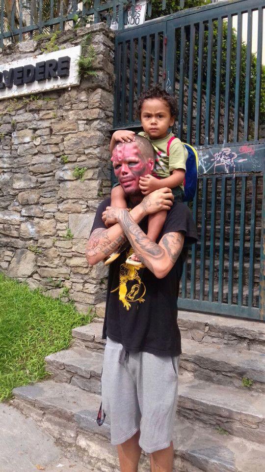 Венесуэльский фрик превратился в Красного Черепа