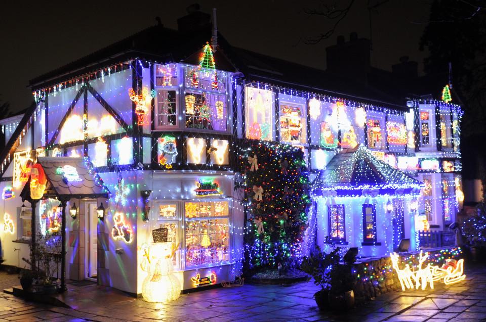 Пара ежегодно украшает дом тысячами огней ради благотворительности