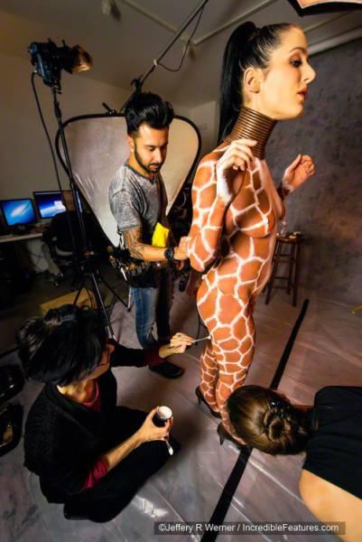 Женщина-жираф удлинила шею с помощью медных колец