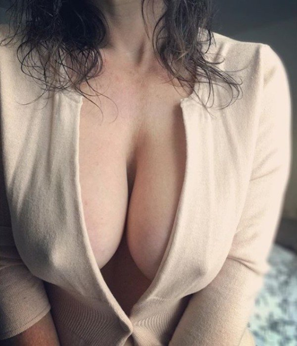 красиво мнет груди