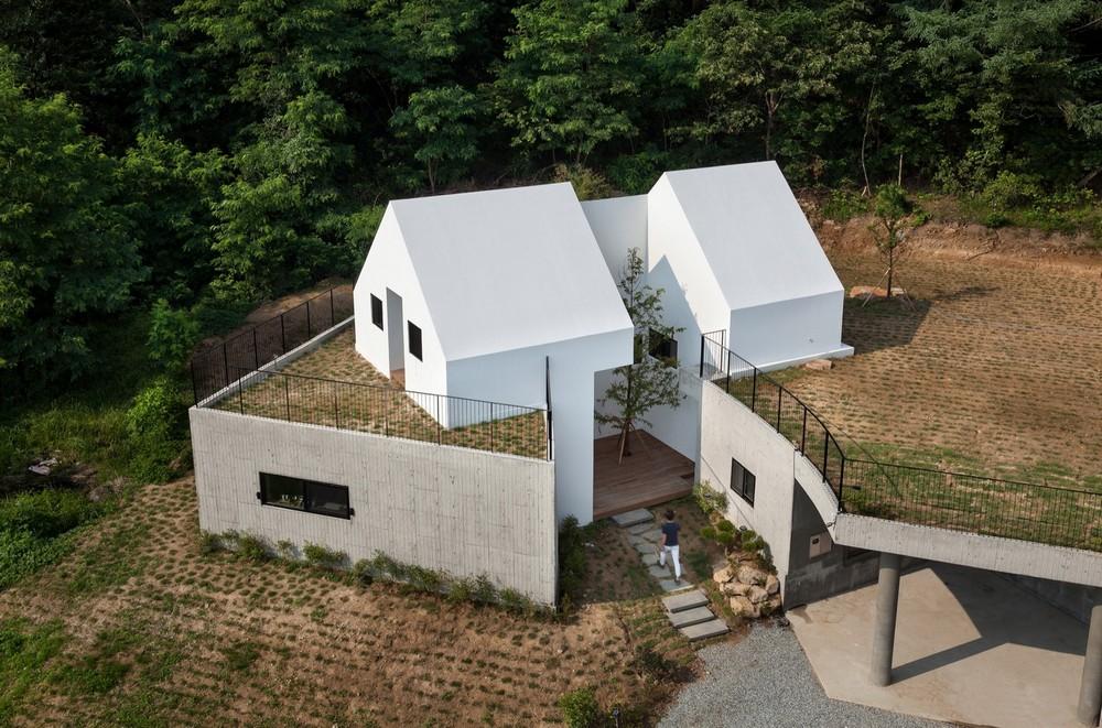 Особняк, частично встроенный в холм