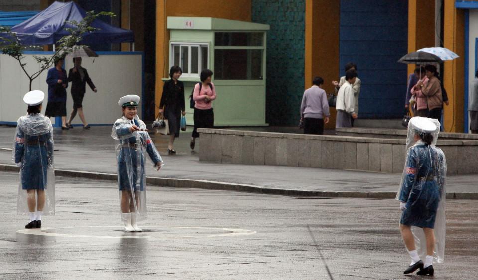 Симпатичные девушки-инспекторы на дорогах Северной Кореи