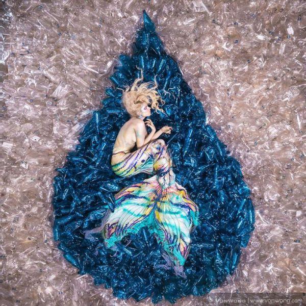 Русалки страдают в море из пластиковых бутылок