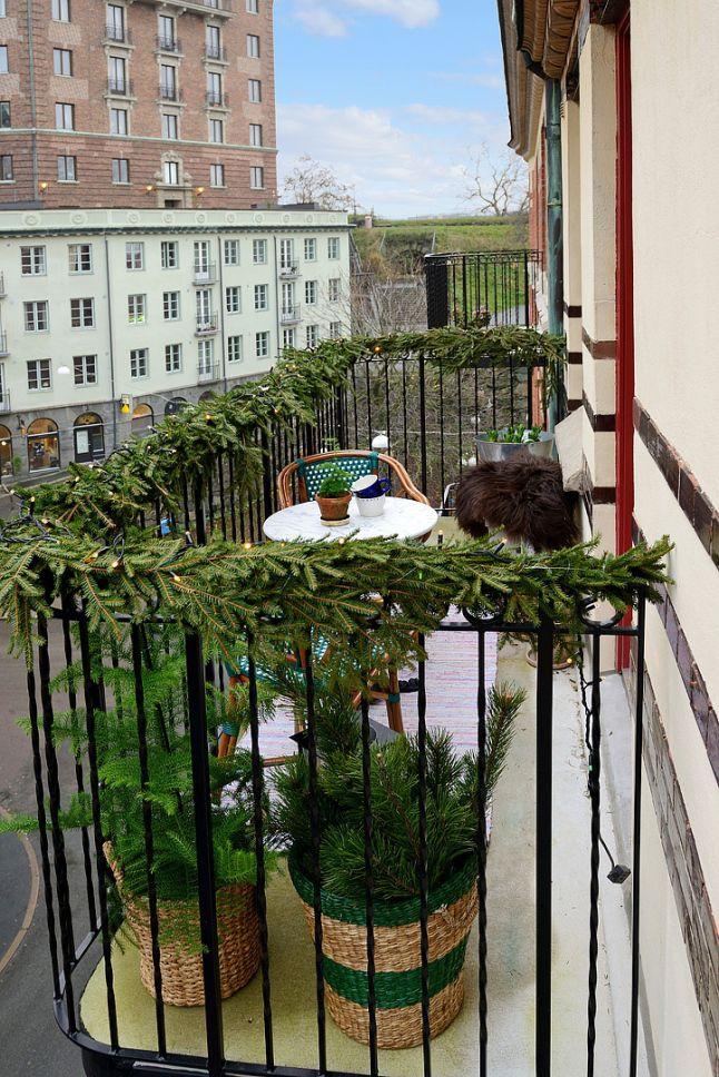 20 идей, как украсить балкон к Новому году