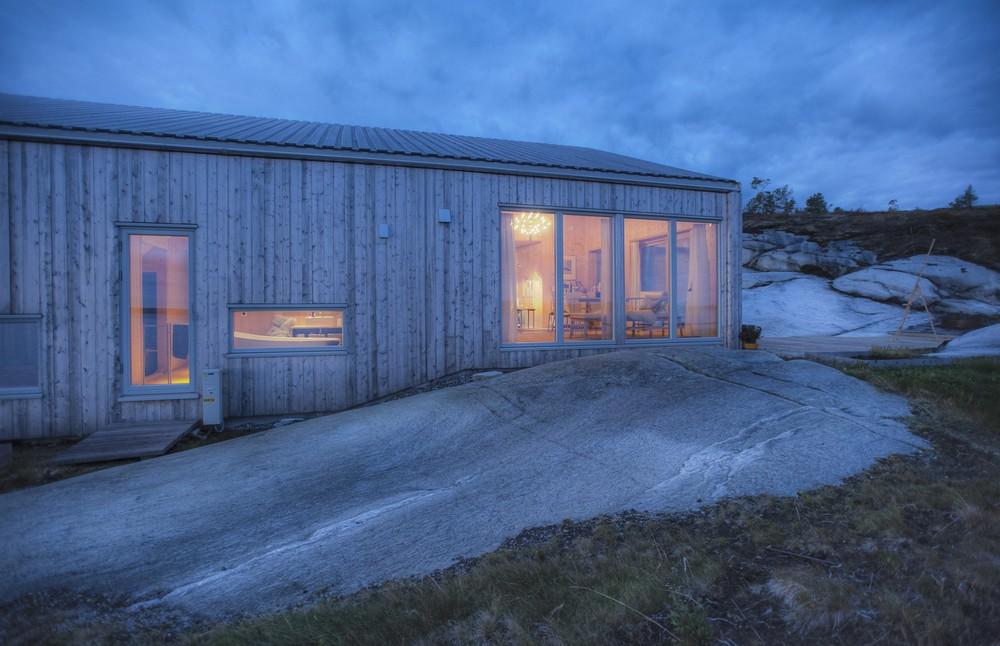 Деревянный коттедж на берегу в Норвегии
