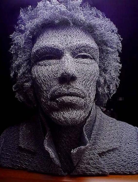 Лица музыкальных легенд из проволоки