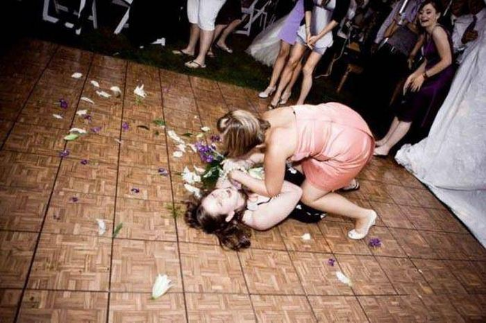 Девушки дурачатся на вечеринках