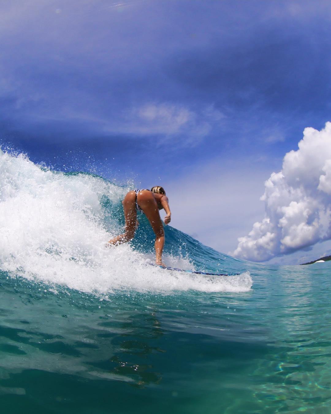 Сестры-серфингистки покорили сеть снимками в бикини