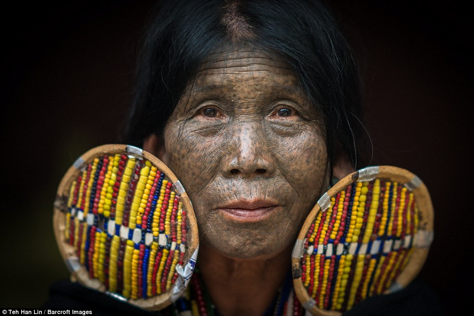 Девушкам народа чин делают тату на лице, чтобы их не похитили