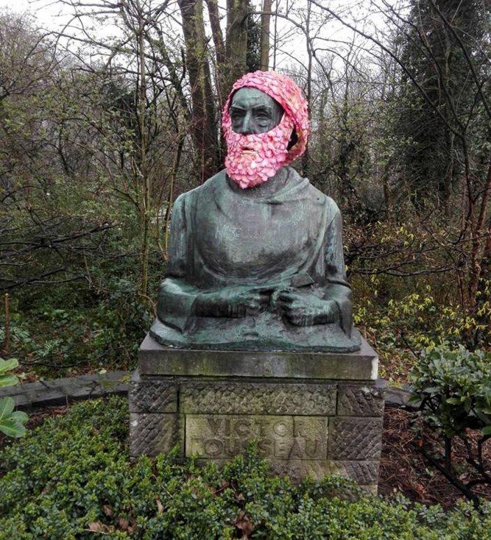 Городские скульптуры с цветочными коронами и бородами
