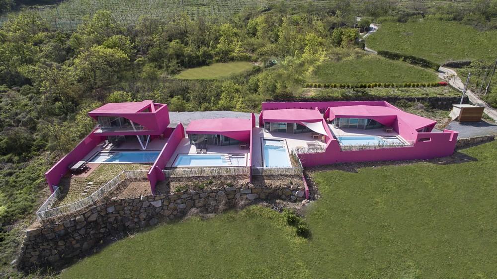 Четыре ярко-розовые виллы в Южной Корее