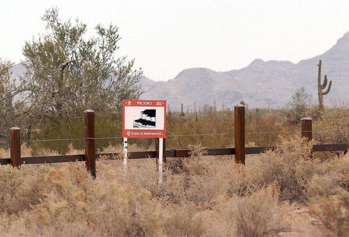 Забор на границе между США и Мексикой