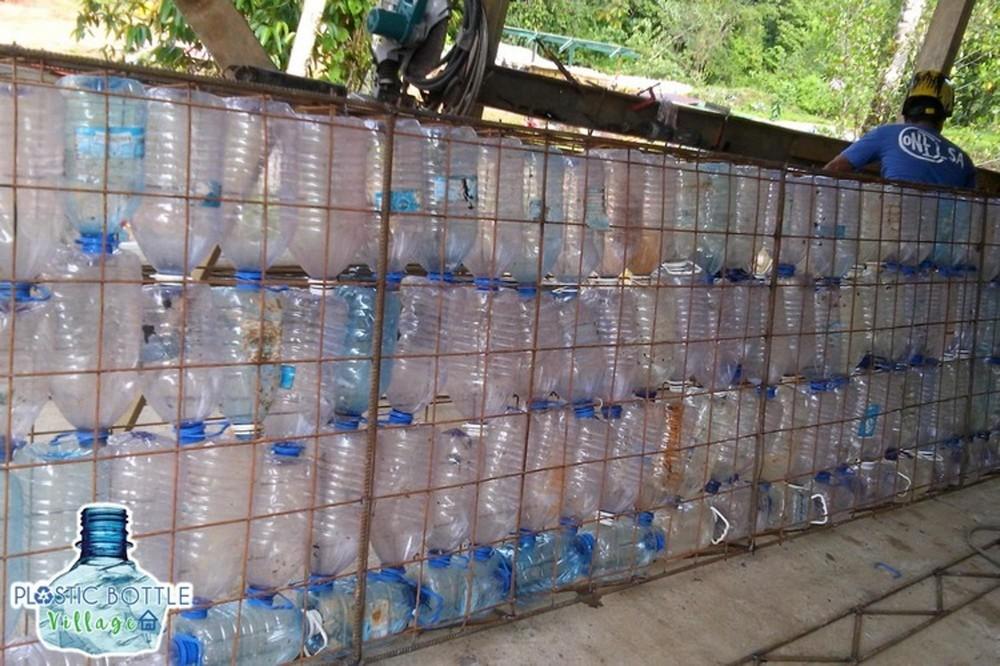 Деревня с домами из пластиковых бутылок