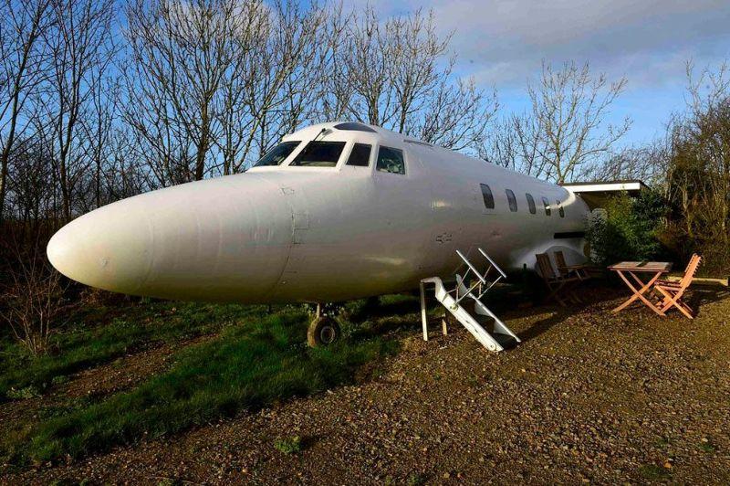 Любитель авиации превратил списанный самолет в загородное жилье