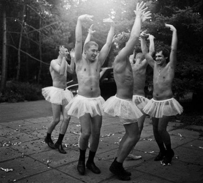 Мужчины развлекаются и делают разные глупости