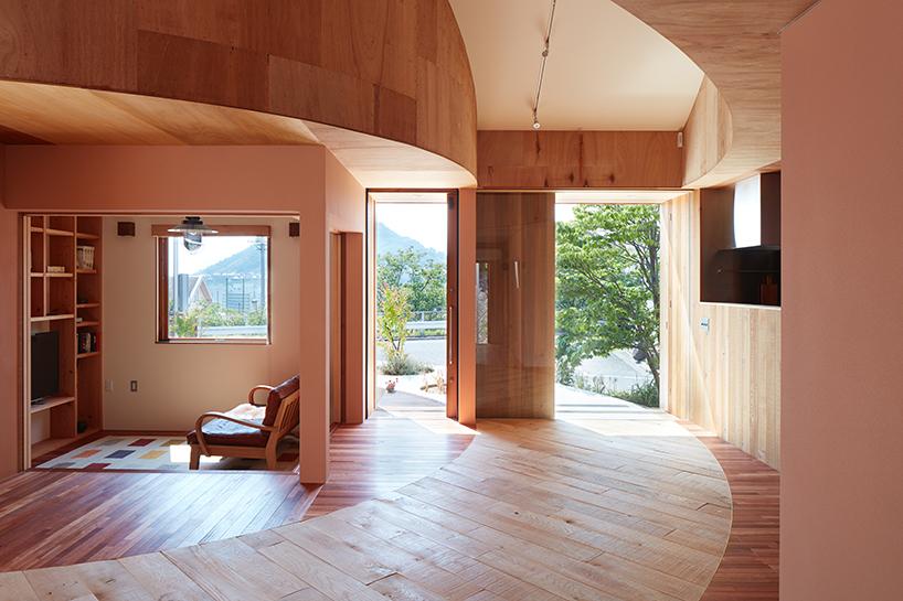 Частный домик с бетонной грядкой в Японии