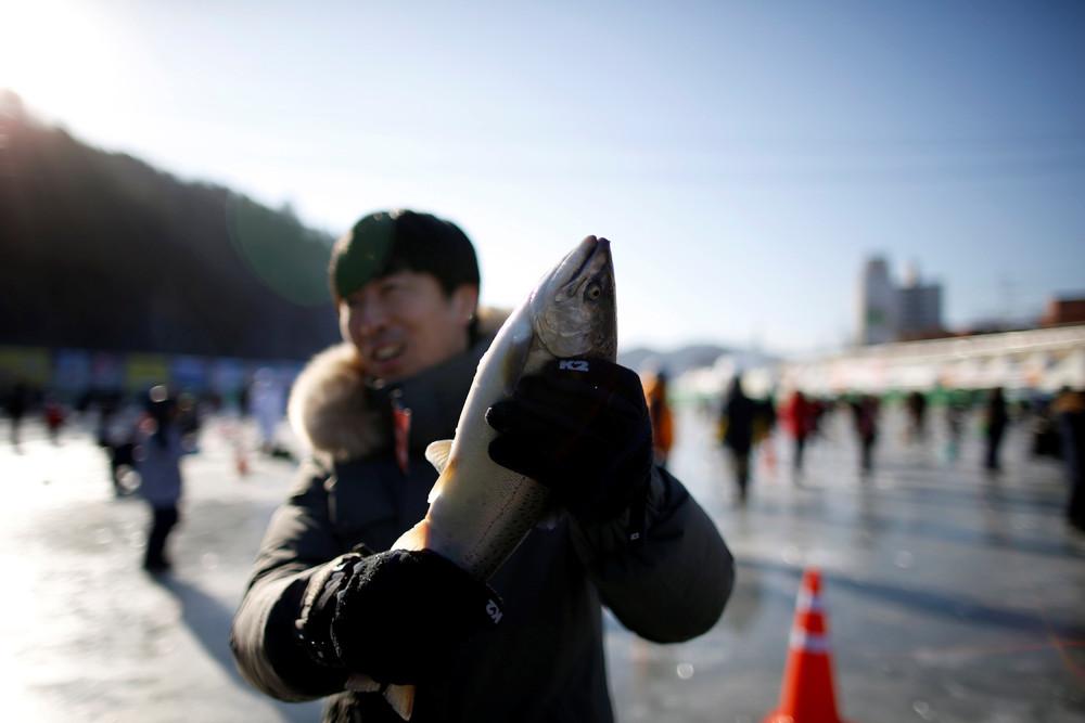 На фестивале зимней рыбалки в Южной Корее